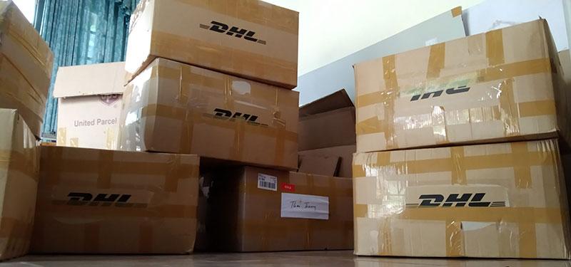Bạn có kế hoạch gửi hàng hóa cho người thân hoặc bạn bè ở nước ngoài thông qua hãng vận chuyển DHL nhưng bạn không biết cách đóng hàng hóa làm sao để đảm bảo cho kiện hàng của mình, làm sao để đảm bảo an toàn nhất và khi tới tay người nhận trong vẫn trong tình trạng tốt. Khi bạn sử dụng dịch vụ chuyển phát nhanh DHL Express với hình thức cá nhân thì hãng sẽ không chịu trách nhiệm về việc đóng gói kiện hàng của bạn. Trách nhiệm này thuộc về người gửi hàng, DHL chỉ tới nhận khi điện hàng của bạn đã được đóng gói xong, DHL có quyền từ chối nếu kiện hàng của bạn không được đóng gói theo đúng quy định. Vì kiện hàng của bạn phải trải qua hành trình dài ngày và phải trung chuyển qua rất nhiều trạm ở những quốc gia khác nhau trong chuỗi cung ứng của DHL nên việc xảy ra sự cố là điều không thể tránh khỏi. Chính vì vậy, bài viết này FAMI Express sẽ hướng dẫn bạn cách đóng đúng chuẩn quy định của DHL và giúp kiện hàng của bạn được an toàn và tránh được những thiệt hại không mong muốn.